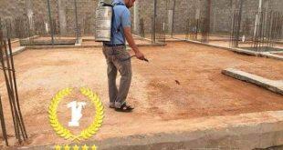 عامل يرش مبيد قبل صبة النظافة