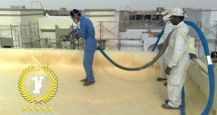 عمال يعزلون سطح بالفوم