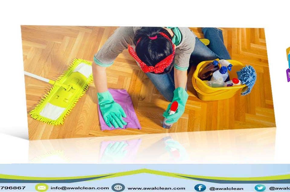 سيدة تنظيف الارضية